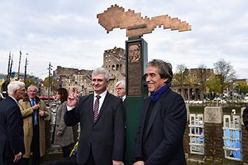 Voorzitter van de Senaat van de Tsjechische Republiek dhr. Milan Štěch en beeldend kunstenaar en ontwerper van het monument Hans Citroen. Foto: CBK/Max Dereta