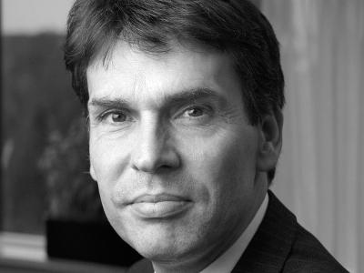 Drs. Dick Schoof, Coördinator Terrorismebestrijding en Veiligheid heeft het zogenoemde dreigingsniveau voor Nederland verhoogd van 'beperkt' naar 'substantieel'. (Bij de inleiding een Jihadlogo).