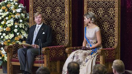 Rotterdam wordt niet genoemd in de jaarlijks uit te spreken troonrede van koning Willem Alexander. Maar neem maar aan dat de gemeente Rotterdam in ons bestel een belangrijke plaats inneemt.