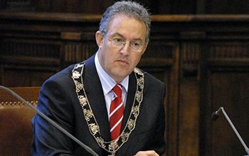 Burgemeester Aboutaleb heeft de gemeenteraad laten weten dat hij mee zal werken aan noodopvang van 250 vluchtelingen in een sporthal van de Erasmus Universiteit.