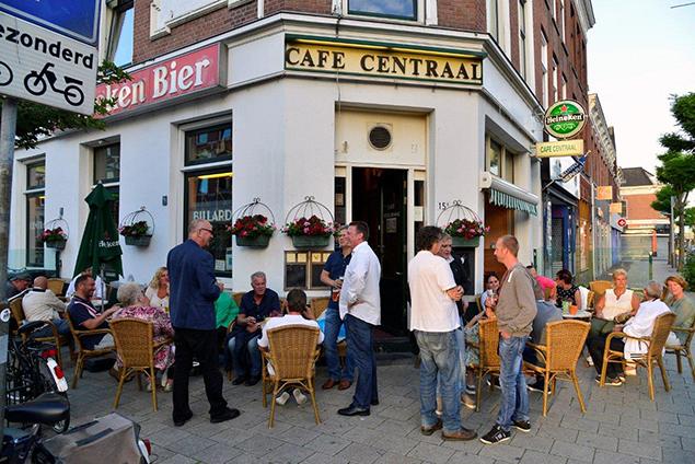 Veel vrienden van Frans de Groot kwamen afgelopen week naar café Centraal om alsnog het glas op hem te heffen.