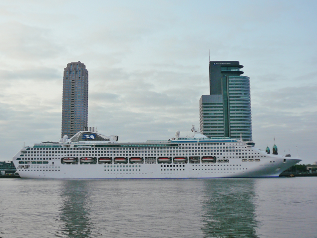 De Sea Princess aan de Wilhelminapier. Foto: Jan de Jonge van www.worldshipsocietyrotterdam.nl
