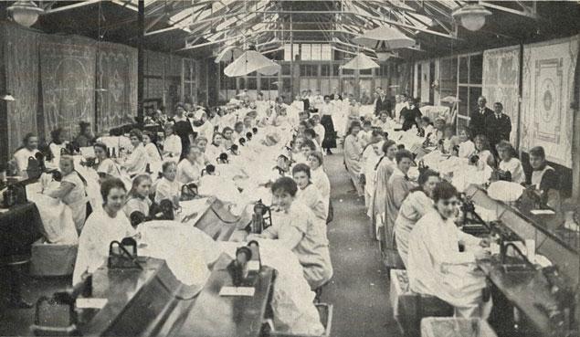 Snuffelen in oude Borduurfabriek (Door Zettie Leeuwenburgh) De meisjes uit Rotterdam van de Borduurfabriek uit de tijd dat zij het huishoudinkomen nog moesten aanvullen. Foto Fleur ten Hoopen