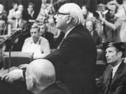 Op 26 augustus 1976 maakte Den Uyl, gekleed in een toepasselijk donker pak, de verwoestende conclusies van de commissie Donner bekend in de Tweede Kamer.