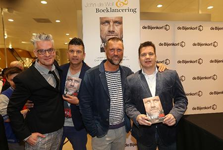 Bij de boekpresentatie was John De Wolf geëmotioneerd tijdens het introduceren en naar voor halen van zijn vriend Arjan Verhagen. Geheel links Jeroen Siebelink daarnaast Arjan Verhagen en John de Wolf.