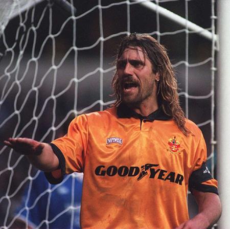 Op zijn 30e verdween John De Wolf naar de overkant van de Noordzee om bij Wolverhampton Wanderers te gaan voetballen.