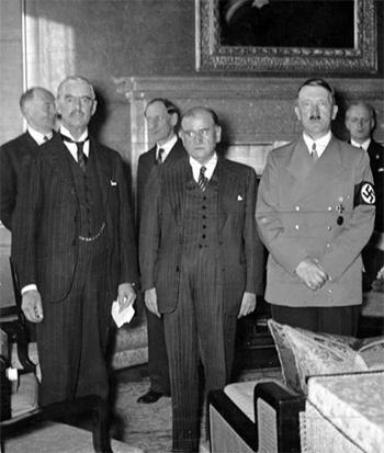 De Engelse leider Neville Chamberlain (l.) maakte zich grenzeloos belachelijk toen hij de wereld wilde laten zien, dat hij 'Herr Hitler' (r.) getemd had.