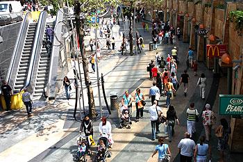 Meer dan de helft van de Rotterdammers blijft over het algemeen in Rotterdam om te (fun)shoppen.