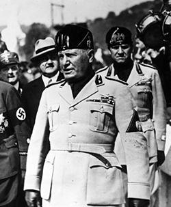 Ook Mussolini bezocht Fiume waar hij zijn ogen goed de kost gegeven heeft.