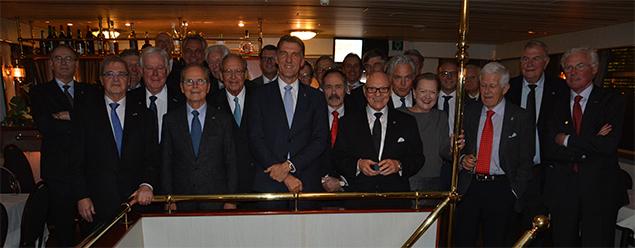 Traditioneel gingen de aanwezige havenmannen op een groepsfoto. Slechts één keer is er een havenvrouw van het jaar benoemd: directeur Cruiseport Rotterdam Mai Elmar in 2004. Foto Gerrit de Boer.