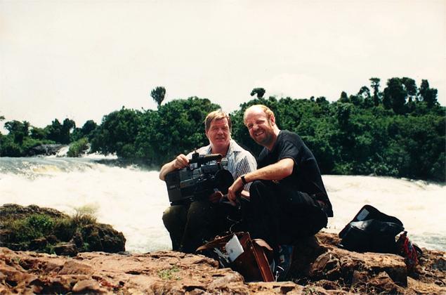 Paul Stolk en Jim Postma aan de oever en oorsprong van de Nijl in Uganda. Foto: Yvonne Nesselaar. Fotobewerking: Mishu Westerveld.