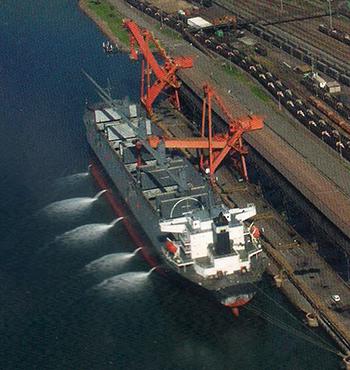 Het lijkt genoegzaam bekend dat 90 procent van alle wereldhandelsgoederen per schip worden vervoerd. Teruggerekend per 1000 kilometer transport is het schip het meest milieuvriendelijk. Foto: World Ship Society Rotterdam Branch