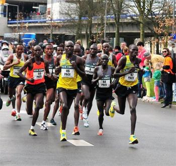 In de marathon bepaalt de haas, een snelle loper die vaak gespecialiseerd is in halve en soms ook hele marathons, het tempo voor toppers. Foto: Rinus Vuik