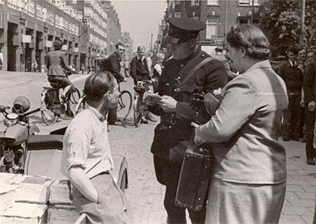 Het beledigen van het 'nationaal-socialisme' (de NSB) kon je in de oorlog een bekeuring door oom agent opleveren.