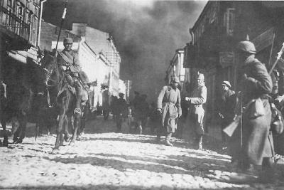 Duitse troepen trekken Antwerpen binnen. Bij het innemen van o.a. Dendermonde maakten de Duitsers zich schuldig aan plunderingen en vernielingen.