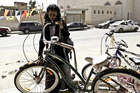 Wadjda wil een fiets omdat haar vriendje Abdul er ook een heeft. Foto's: Filmdepot