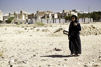 Wadjda woont, als enig kind in het gezin, met haar ouders in een stoffige en hete stadsbuitenwijk van de Saoedische hoofdstad Rihad.