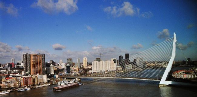Ook met het zicht op de4 Erasmusbrug krijgt men een goede indruk van Rotterdams skyline. Foto: Rinus Vuik