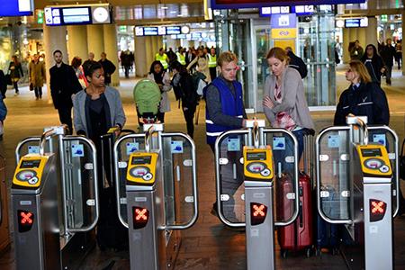 Heeft u alleen een OV RET-kaart dan moet u vanuit de Provenierswijk via de tunnel naar de aansluitingen met de RET-bussen -tram en Metro..