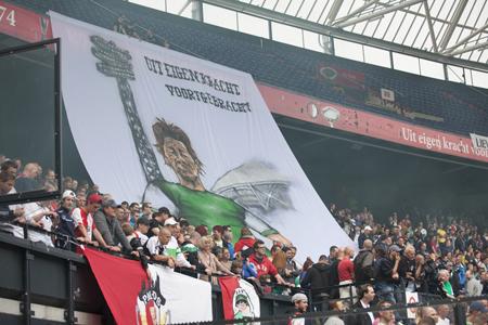 Het voetbal op de mat in de Kuip komt in de film niet in beeld, de supporters des te meer. Filmstill: IFFR