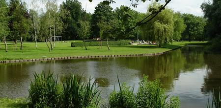 Amber: 'Ik hou van Rotterdam en zijn bruisende leven. Maar ik koos ervoor om aan de rand van het centrum te gaan wonen daar ik teveel bruis niet trek. Pal aan het park, waar ik me vaak na een hectische werkdag in de zomer heerlijk kon terugtrekken'.