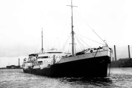 De Shell tanker s.s. 'Macoma' is, na renovatie en verbouwing in 1945 bij de RDM, weer in haar oude staat gebracht.