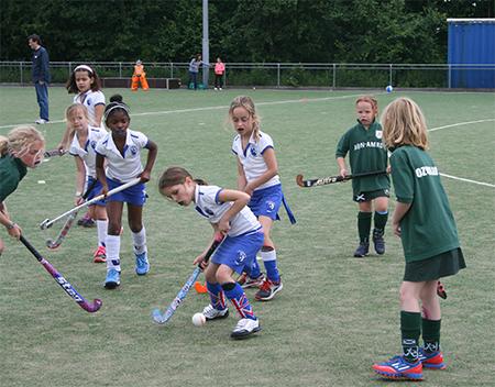 Jongens en meisjes. Trek je sportkleding aan en kom 'proef'hockeyen bij Leonidas, een stick kun je bij ons lenen.