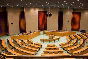 Hoewel geen halszaak in de vaderlandse politiek zijn we toch benieuwd hoe in het parlement met de aanscherping van de 'Rotterdamwet' wordt omgegaan. Maar nog belangrijker wordt of Rotterdam van de scherper mogelijkheden gebruik gaat maken.