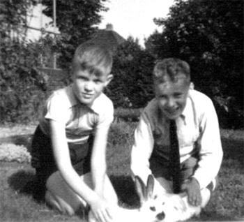 Rob Wilschut was ongeveer even oud als de zoon in het opvanggezin Bert Willering en een diepe vriendschap ontwikkelde zich tussen de jonge Groninger en de jonge Rotterdammer die tot op de dag van vandaag voortduurt.