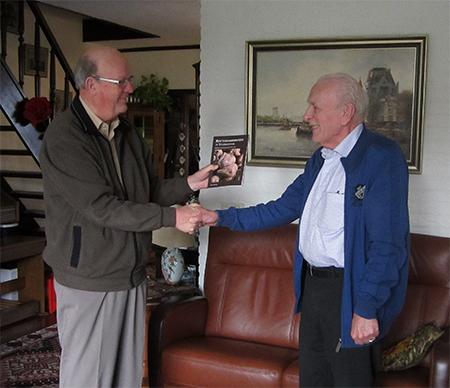Bert Willering overhandigt het eerste exemplaar van 'Rotterdammertjes...' aan Rob Wilschut.