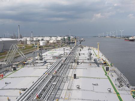 VLCC staat voor 'very large crude carrier'. Mammoettankers dus. Hier een foto vanaf de brug van de KOKKARI. Foto's: WSS Rotterdam Branch
