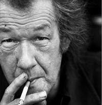 Plots werd onze tv-conversatie voor 'De Wereld Draait Door van A tot Z' onderbroken door een haast hysterische tv-medewerkster. Dick Matena (foto), een verstokt roker, bleek stiekem een aangestoken sigaret onder de tafel te houden.