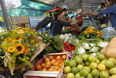 Een echte marktkraam op de wekelijkse markt in Rotterdam.