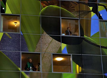 De goedkoopste flats in dit winkelcentrum kosten 249.000, de duurste woning 1,7 miljoen euro. Foto: Rinus Vuik