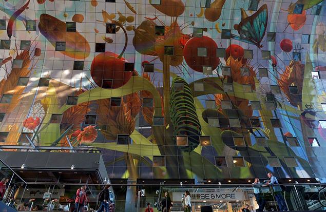 Bloemen, vruchten en insecten. 'De Hoorn des overvloeds' van Arno Coenen en Iris Roskam tegen de binnenkant (11.000 vierkante meter) van de nieuwe Markthal in Rotterdam. Foto's: Rinus Vuik