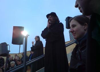 Iemand uit het publiek mengt zich in de discussie van de spelers in de arena. Foto: Titia Ketelaar