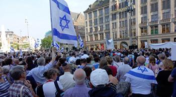 'Er lopen duizenden mensen met Israëlische vlaggen die netjes zonder schreeuwen aangaven achter Israël te staan. Niks op het journaal die avond'.