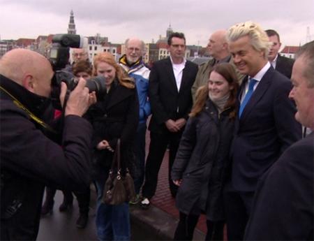 'Ook nauwelijks belangstelling voor het incident met de stoeptegel door de ruit van een PVV-aanhanger'.