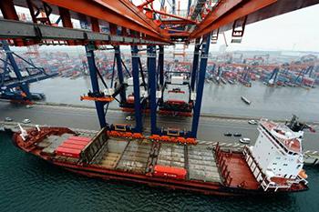 ECT (onderdeel van het Chinese conglomeraat Hutchinson Whampoa) eist een schadevergoeding van 900 miljoen euro (met rente erbij 1,3 miljard euro) van het Havenbedrijf Rotterdam. Foto's: Havenbedrijf Rotterdam