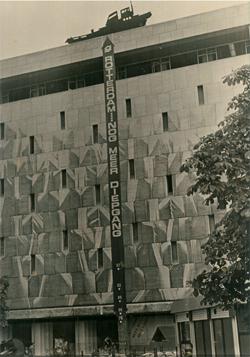 In 1978 is heel mooi in beeld gebracht hoe de gemeenteraad van Rotterdam besloot tot stapsgewijze verdieping van de Eurogeul via 70 naar 72 voet. Op het gebouw van de Bijenkorf aan de Coolsingel werd een lint opgehangen dat precies aangaf hoe diep de toegangspoort naar Rotterdam werd. In 1986 is die nog verder uitgediept tot 74 voet. En dat is die nog steeds. Toen telde Rotterdam nog vele havenautoriteiten met een toekomstvisie waarvan de haven nog steeds de vruchten plukt.
