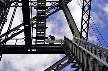 Boven krijgt iedereen de tijd om rond te lopen en te genieten van het 360 graden uitzicht over Rotterdam. Foto's: Rinus Vuik