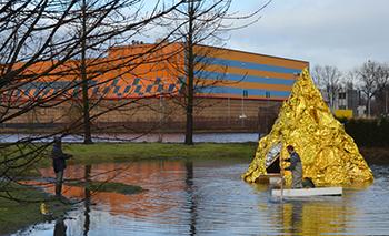 Toen Leonard van Munster nadacht over wat er bij Art Rotterdam zou moeten komen viel in het sprookje van 'Ein Goldener Berg', zijn titel voor het werk, alles samen. De klassieke belofte en 'gouden' survivalkit voor nieuwkomers. Foto: Ronald Glasbergen