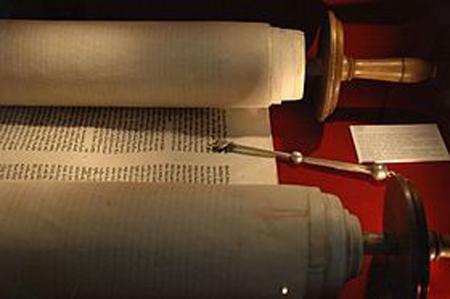 De eerste vijf boeken van het Oude Testament bestaan uit de hier afgebeelde Thora.