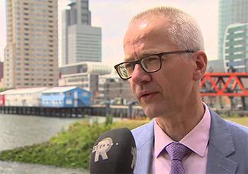 Woordvoerder Sjaak Poppe van het Havenbedrijf Rotterdam kan dan ook alleen maar gissen wat de gevolgen van de keuze van alle Britse stemgerechtigden zijn. Foto: RTV Rijnmond