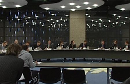 'De politici kunnen vaak alleen maar nog meer commissies installeren die moeten toezien op naleving van alle wetten en regels'.