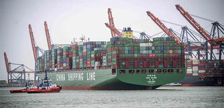 Tegelijkertijd met de happening van de Havenman van het Jaar was het grootste containerschip ter wereld, de CSGL GLobe van China Shipping Container Line (19.100 TEU), in de haven. Er zullen de komende jaren nog vele anderen en grotere volgen. Foto: Kotug