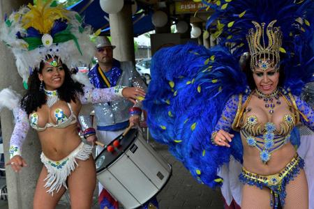 Door de Braziliaanse band 'Alberto de Souza' werd een heus Braziliaans straatspektakel neergezet voor de deur van de ondernemers. Foto's: Rinus Vuik